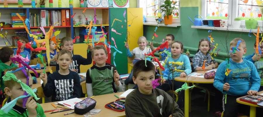 Uczniowie przygotowali kolorowe gałązki