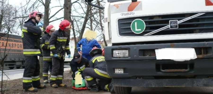 Ostródzcy strażacy wyciągnęli ranną kobietę spod ciężarówki