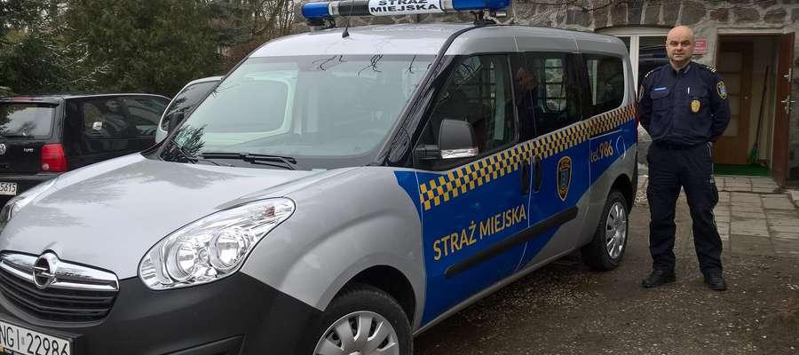 Maciej Ambroziak, komendant Straży Miejskiej przy nowym samochodzie