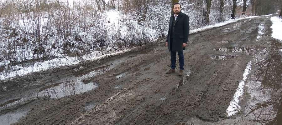 Minął miesiąc, przyszła wiosna, a drogi powiatowe wciąż w takim samym stanie.