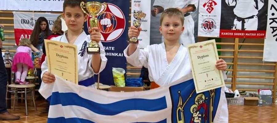 Jakub Zalewski i Maciej Korpalski, reprezentanci Iławskiego Klubu Kyokushin Karate, oczywiście z pucharami i flagą swojego miasta