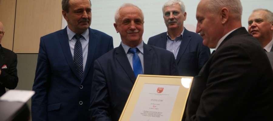 Burmistrz Rynu Józef Karpiński odbiera dyplom z rąk marszałka województwa warmińsko-mazurskiego Gustawa Marka Brzezina