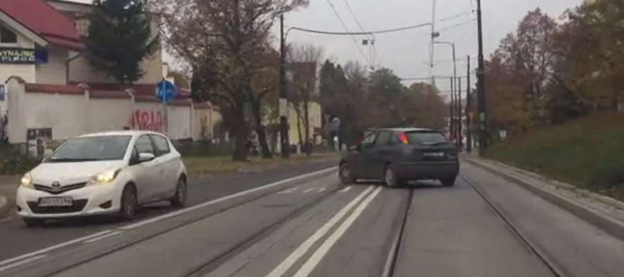 To między innymi w tym miejscu na ul. Żołnierskiej kierowcy skracają sobie drogę do domów i akademików
