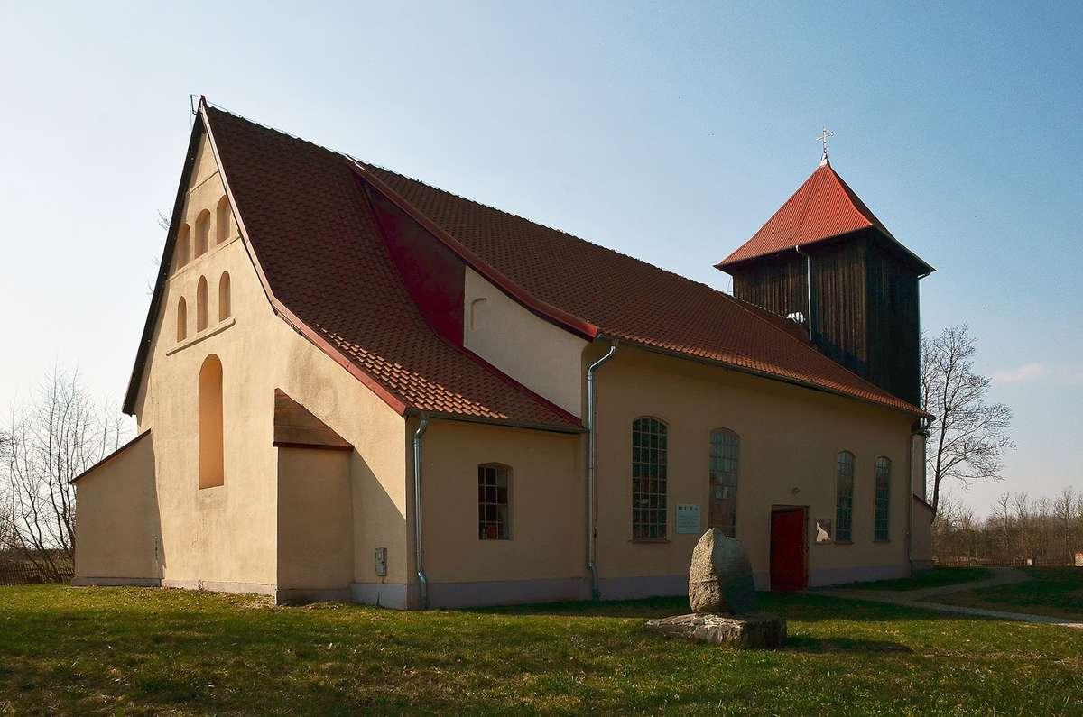 Dębowiec: kościół z XV wieku p.w. Najświętszego Serca Pana Jezusa - full image