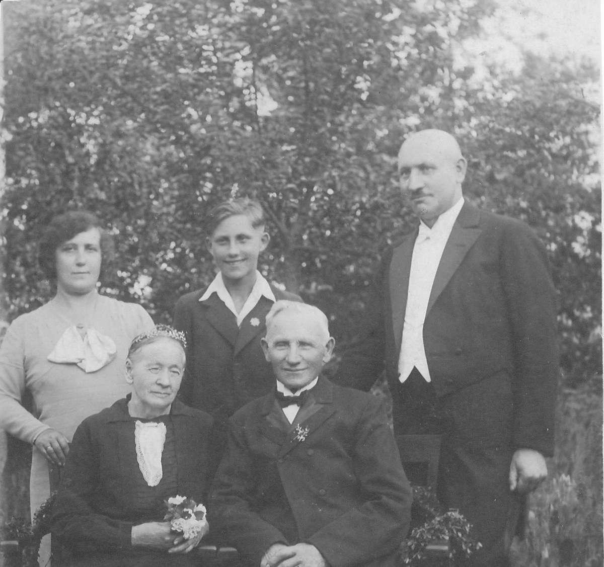 W 1935 roku Baczewscy z synami przyjechali z Berlina do Bratiana pod Nowym Miastem Lubawskim, gdzie 24 czerwca odbyły się złote gody seniorów Anny i Jana Baczewskich (siedzą). Z prawej: Jan Baczewski (1890-1958), obok  jego syn Zbigniew i żona Łucja - full image
