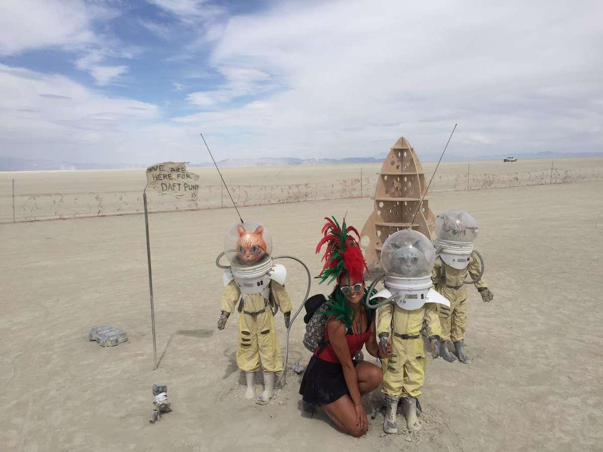 Katarzyna Stocka w Nevadzie na festiwalu Burning Man. Podobny festiwal odbędzie się w Olsztynie - full image