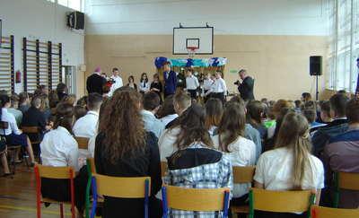 Biskup Romuald Kamiński w szkole w Dubeninkach