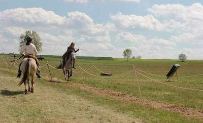Majówka z łukiem i koniem na Polach Grunwaldzkich