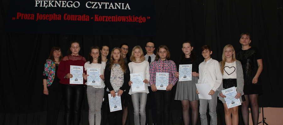Na zdjęciu laureaci w kategorii szkół podstawowych wspólnie z jury konkursu.