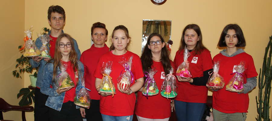 Gimnazjaliści przygotowali dla samotnych mieszkańców powiatu świąteczne stroiki