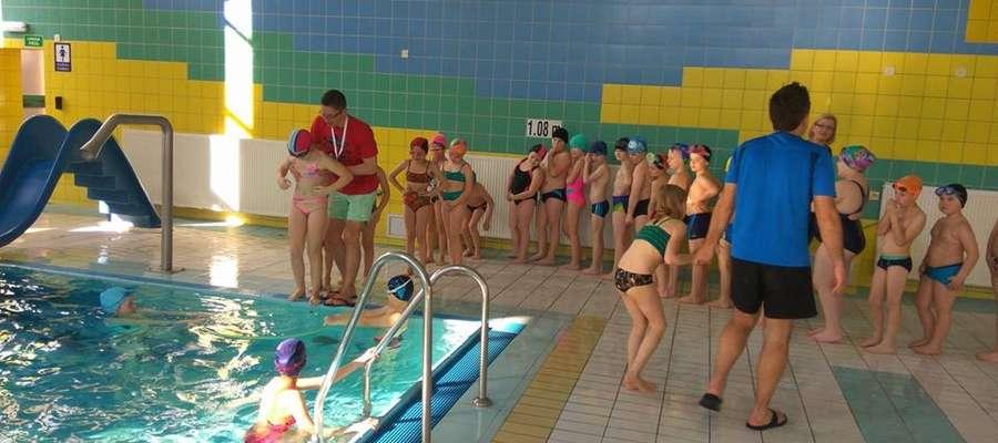 Uczniowie z podstawówek z terenu gm. Żuromin uczą się pływać pod okiem ratowników