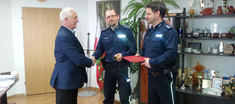 Urządzenie do pomiaru trzeźwości kierowców kupiono ze środków Urzędu Miasta i Gminy Ryn, a przekazał je policjantom burmistrz Józef Karpiński