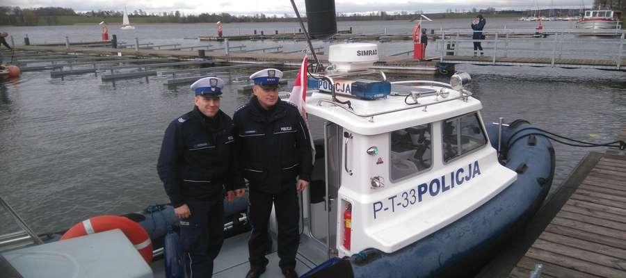 Policjantom z Posterunku Policji w Rynie przekazana została nowa łódź