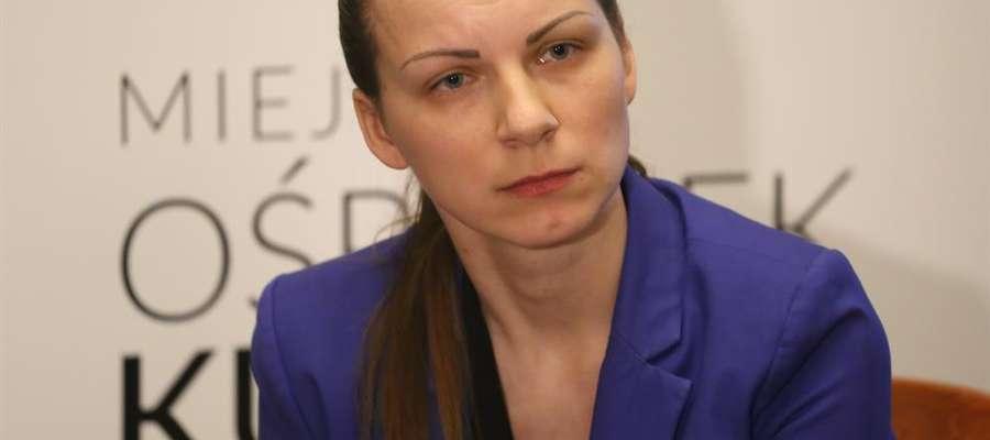 Agnieszka Kołodyńska podczas konferencji prasowej dot. zarzutów o mobbing.