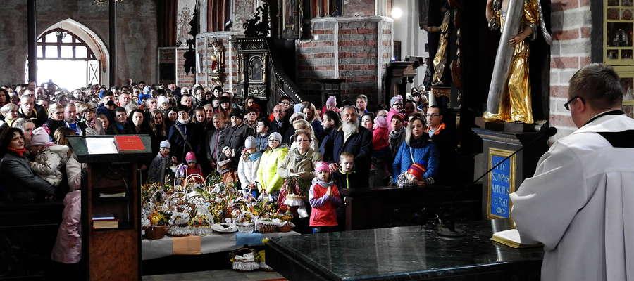 Ks. Michał Rogoziński, nowomiejski wikariusz podczas święcenia pokarmów