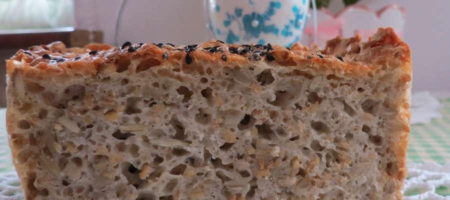 Mój ulubiony chleb z dodatkiem pestek dyni, słonecznika i siemieniem lnianym, posypany słonecznikiem i sporą ilością czarnuszki