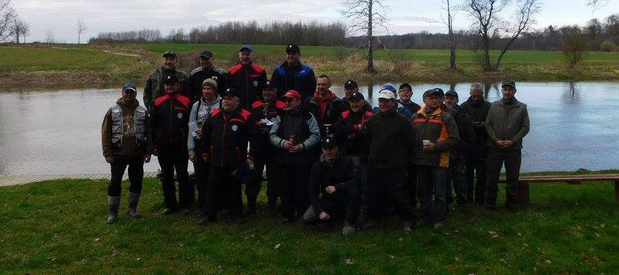 Uczestnicy zawodów wędkarskich na rzece Łynie.