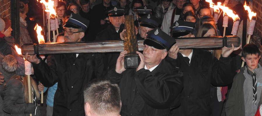 Procesja wychodzi z kościoła na ulice Nowego Miasta Lubawskiego