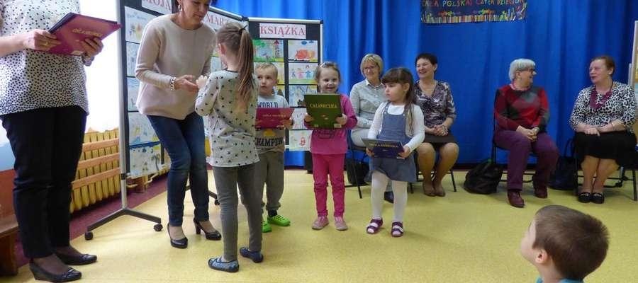 Dzieci odbierają nagrody w konkursie