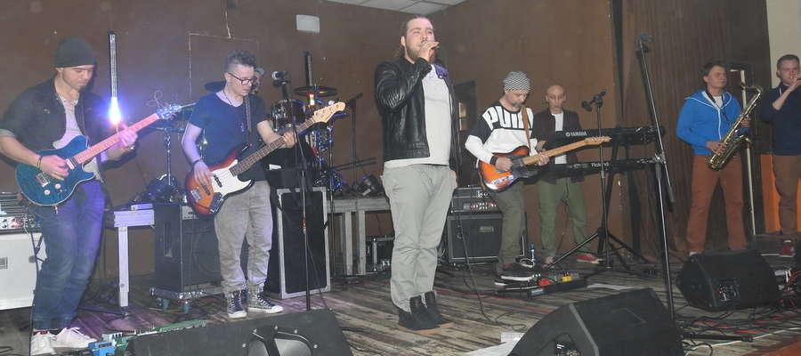 Zespół Reggaeside na scenie w Mszanowie