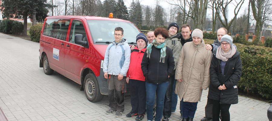 Grupa podopiecznych WTZ Lubawa przy starym busie, który trzeba wymienić na nowy