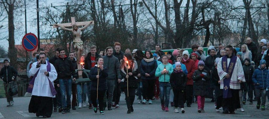W nabożeństwie Drogi Krzyżowej ulicami Bisztynka wzięły udział setki wiernych.