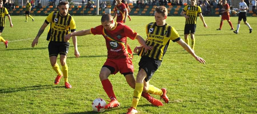 Paweł Sagan (Rolimpex GKS Wikielec) walczy o piłkę w meczu z Mrągowią