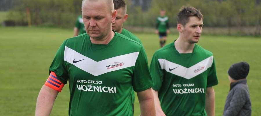Na pierwszym planie Artur Kijewski, kapitan GKS II Wikielec. Liczymy na zwycięstwo naszych reprezentantów w meczu z Welem, bo ta drużyna potrzebuje punktów