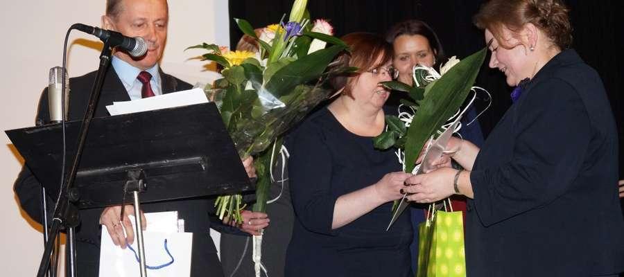 Gratulacje odbiera Teresa Brewka (z prawej), dyrektor poradni