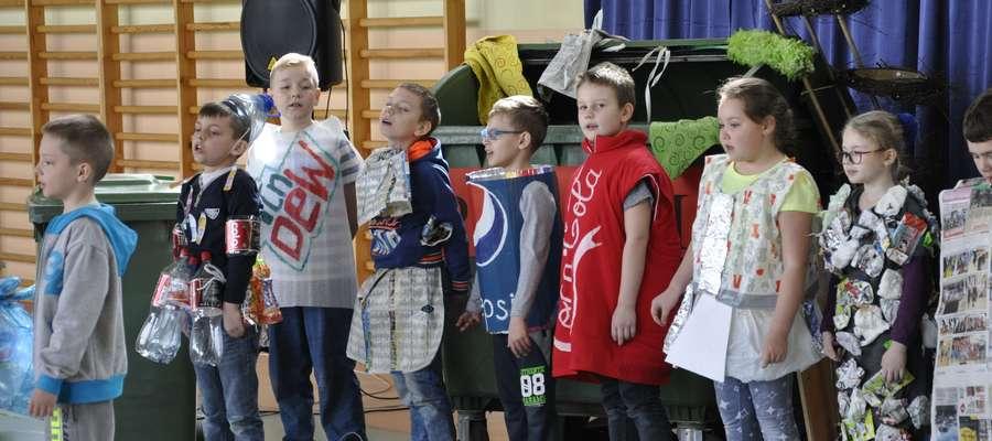 Uczniowie podczas apelu z okazji Dnia Ziemi