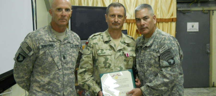 Generał Motacki (w środku)
