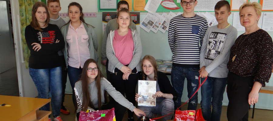 Gimnazjum Zespołu Szkół w Kiwitach przekazali 50 kg karmy dla bezdomnych zwierząt