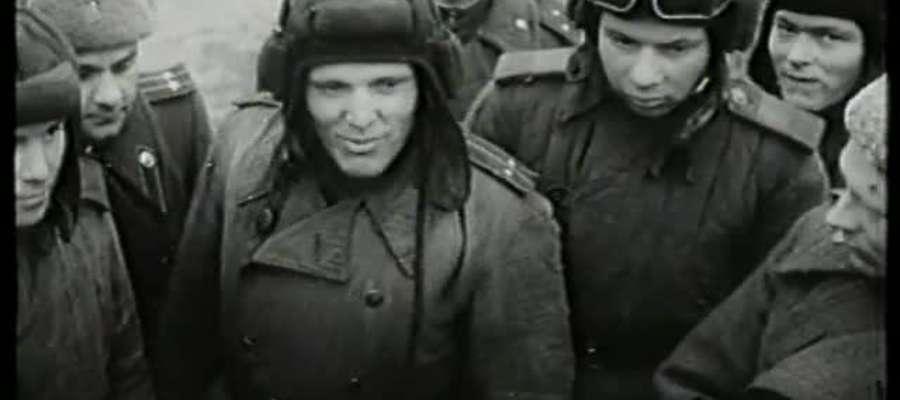 """Ilja Ehrenburg, korespondent armijnej gazety """"Czerwona Gwiazda"""", wśród żołnierzy Armii Czerwonej"""