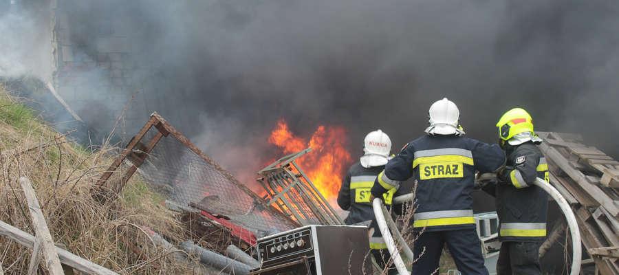 Strażacy OSP Bisztynek gasili pożar odpadów składowanych tuś przy ścianach budynków gospodarczych.