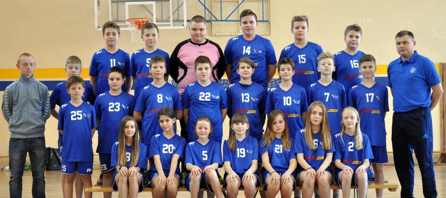 Jedna z drużyn dzieci Jezioraka Iława prowadzona przez trenera Krzysztofa Szczypińskiego, tu zawodniczki i zawodnicy z klas 4-6 SP