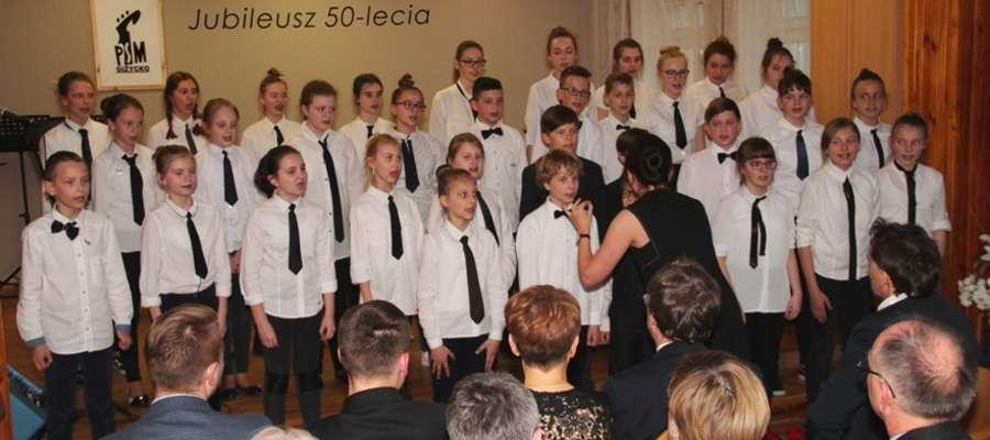 Występ chóru dziecięcego PSM I st. w Giżycku na jubileuszowym koncercie