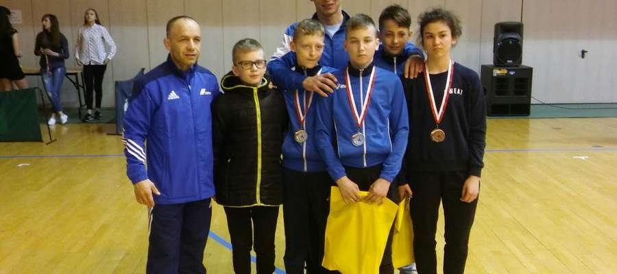 Lidzbarscy zapaśnicy z trenerem Arturem Wanginem i Mistrzem Świata Dariuszem Jabłońskim