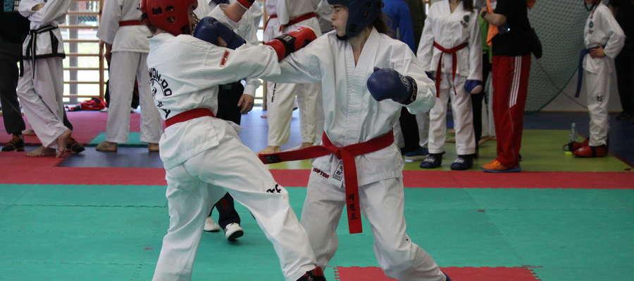 Walczy Katarzyna Rutkowska z Bartoszyckiej Szkoły Taekwondo (z prawej)