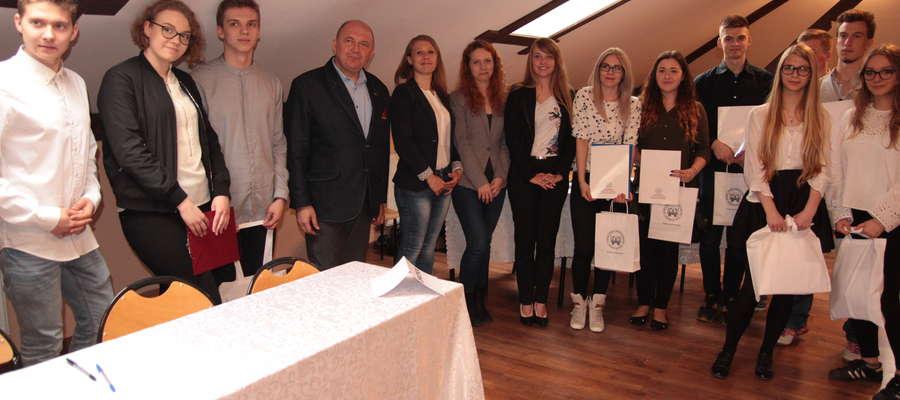 Pamiątkowe zdjęcie uczestników i organizatorów II Debaty Oxfordzkiej