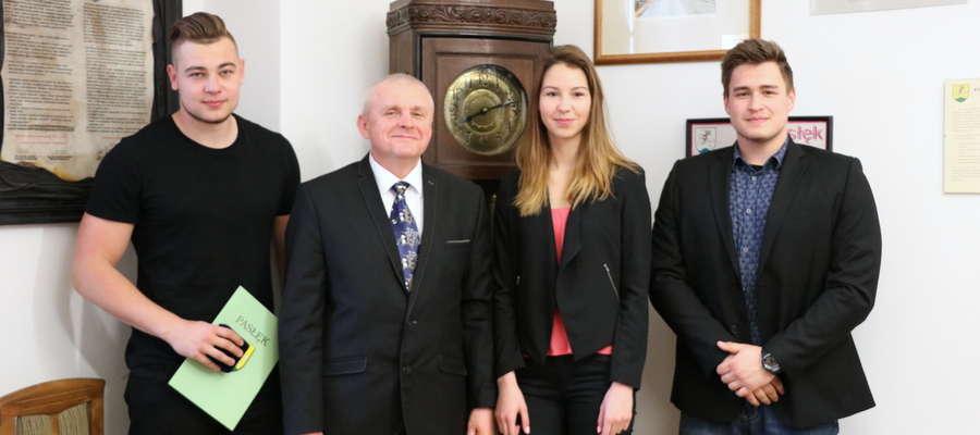 Patrycja Adamczyk, Mariusz Bołdysz oraz Kacper Oleszczuk z burmistrzem Pasłęka