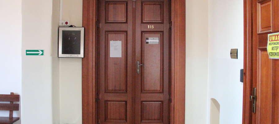 Za tymi drzwiami toczy się proces przeciwko trzem byłym oficerom 15 GBZ