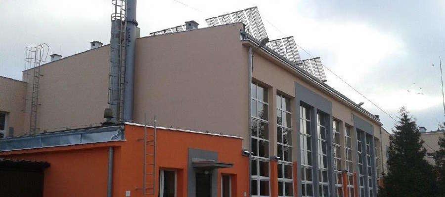 Kolektory słoneczne na dachu budynku ZS im. Ireny Kosmowskiej w Suszu