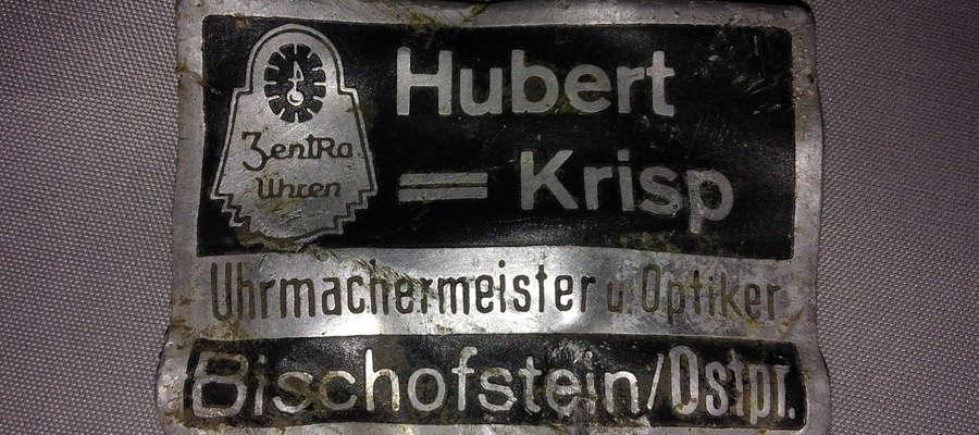 Tabliczka z nazwiskiem zegarmistrza i optyka Huberta Krispa znaleziona w Bisztynku, gdzie przed II wojną światową prowadził swój zakład.
