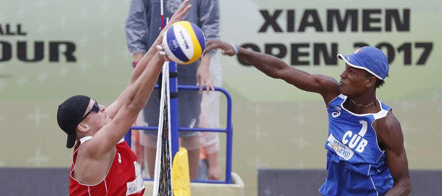Maciej Rudol podczas meczu 1/4 finału Xiamen Open z Kubańczykami, po drugiej stronie siatki Sergio Gonzalez