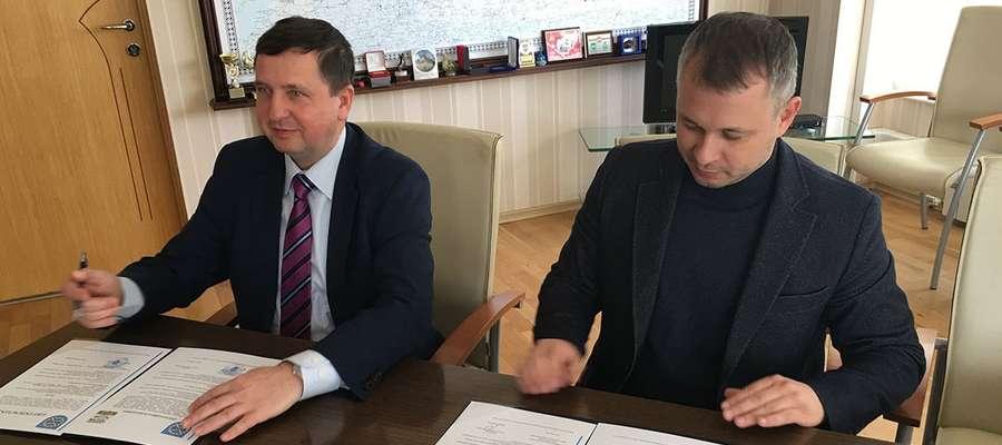 Od lewej: Marek Misztal, burmistrz Młynar i Andrej Seergew Andrej Sergeewicz