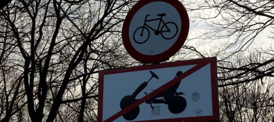 Znaki drogowe zakazujące jazdy rowerami, oraz 3 i 4-kołowcami