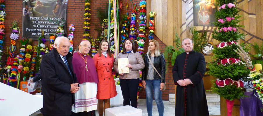 Ksiądz Biskup Roman Marcinkowski w Mławie, podczas finału konkursu na palmę wielkanocną