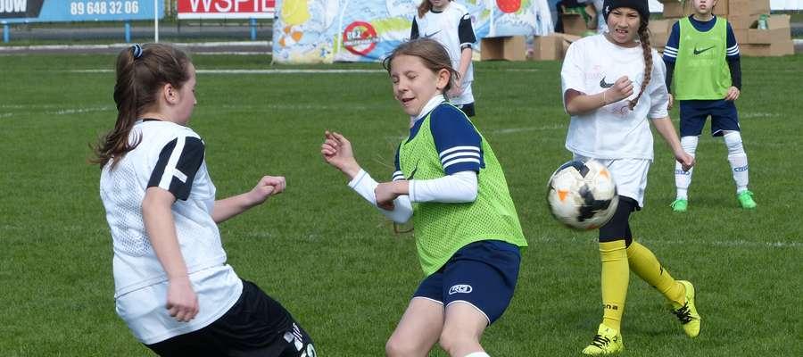 Zdjęcie z finału wojewódzkiego w 2016 roku — rywalizacja piłkarek do lat 12