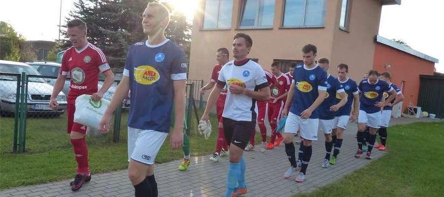 Zdjęcie z meczu jesiennego drużyn z Wikielca i Susza - na pierwszym planie Olek Kowalczyk, strzelec gola w dzisiejszym spotkaniu