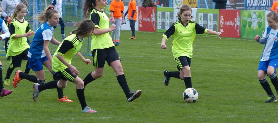 Kto powiedział, że dziewczyny nie mogą grać w piłkę? Jeden z meczów dzisiejszego turnieju w kat. U-12